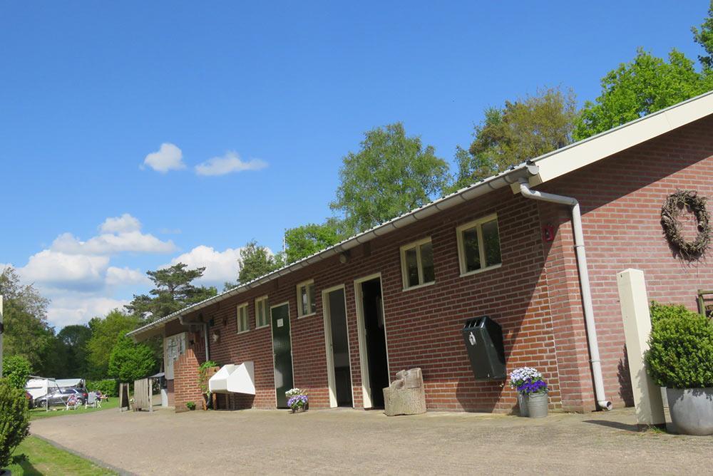 sanitair-gebouw